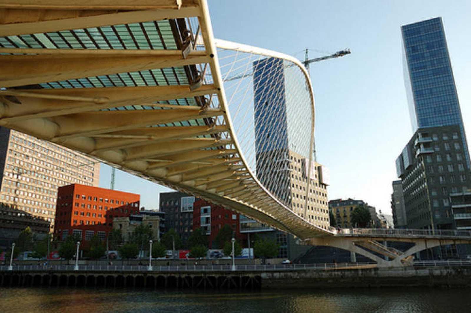 Imagen de la pasarela Zubi Zuri, que comunica las dos orillas de la Ría en Bilbao.