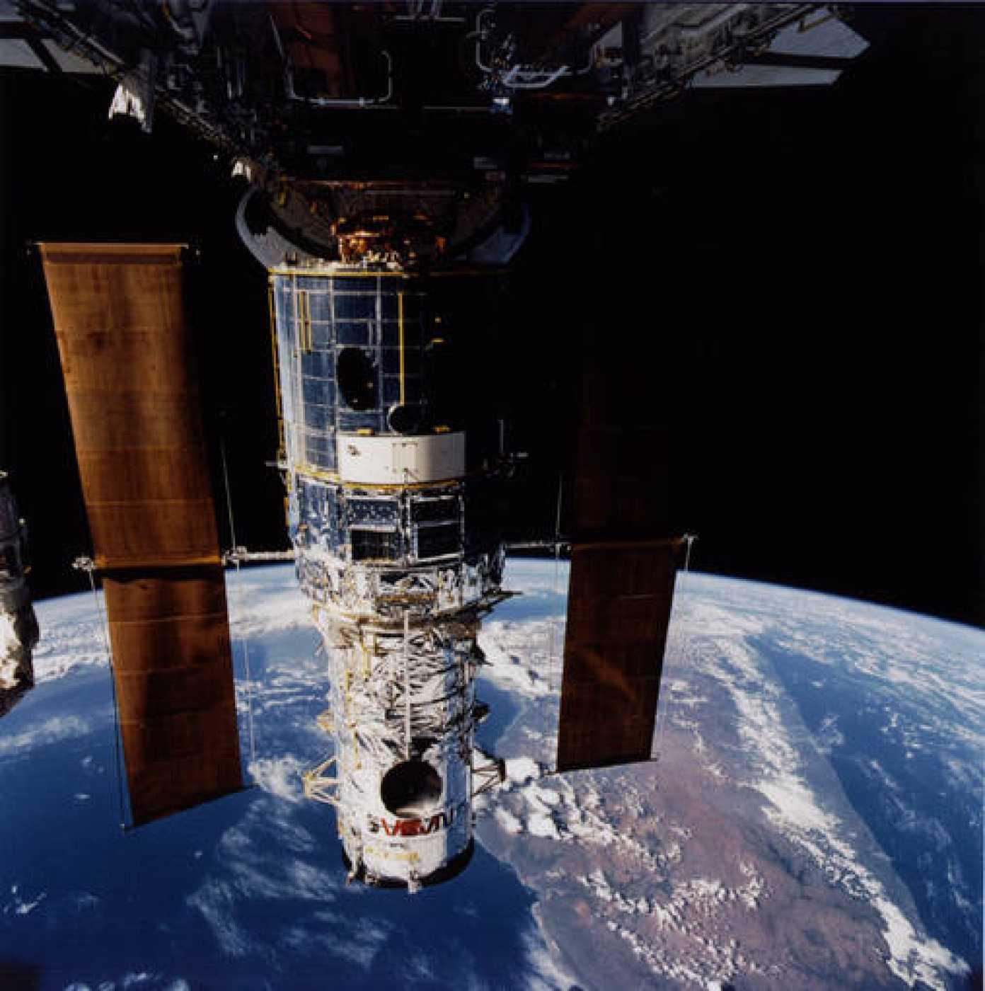 El Telescopio Espacial Hubble, con Madagascar al fondo