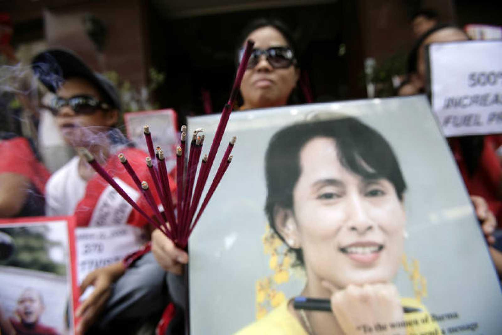 Un activista sostiene una pancarta pidiendo la liberación de San Suu Kyi.