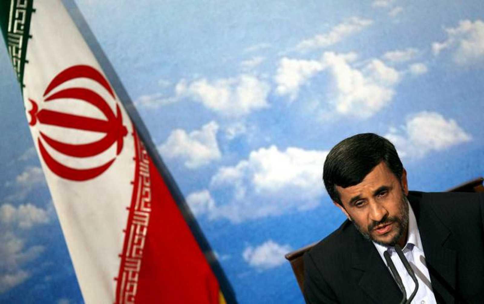 El presidente iraní, Mahmud Ahmadineyad, saluda a los medios a su llegada a una rueda de prensa en Teherán