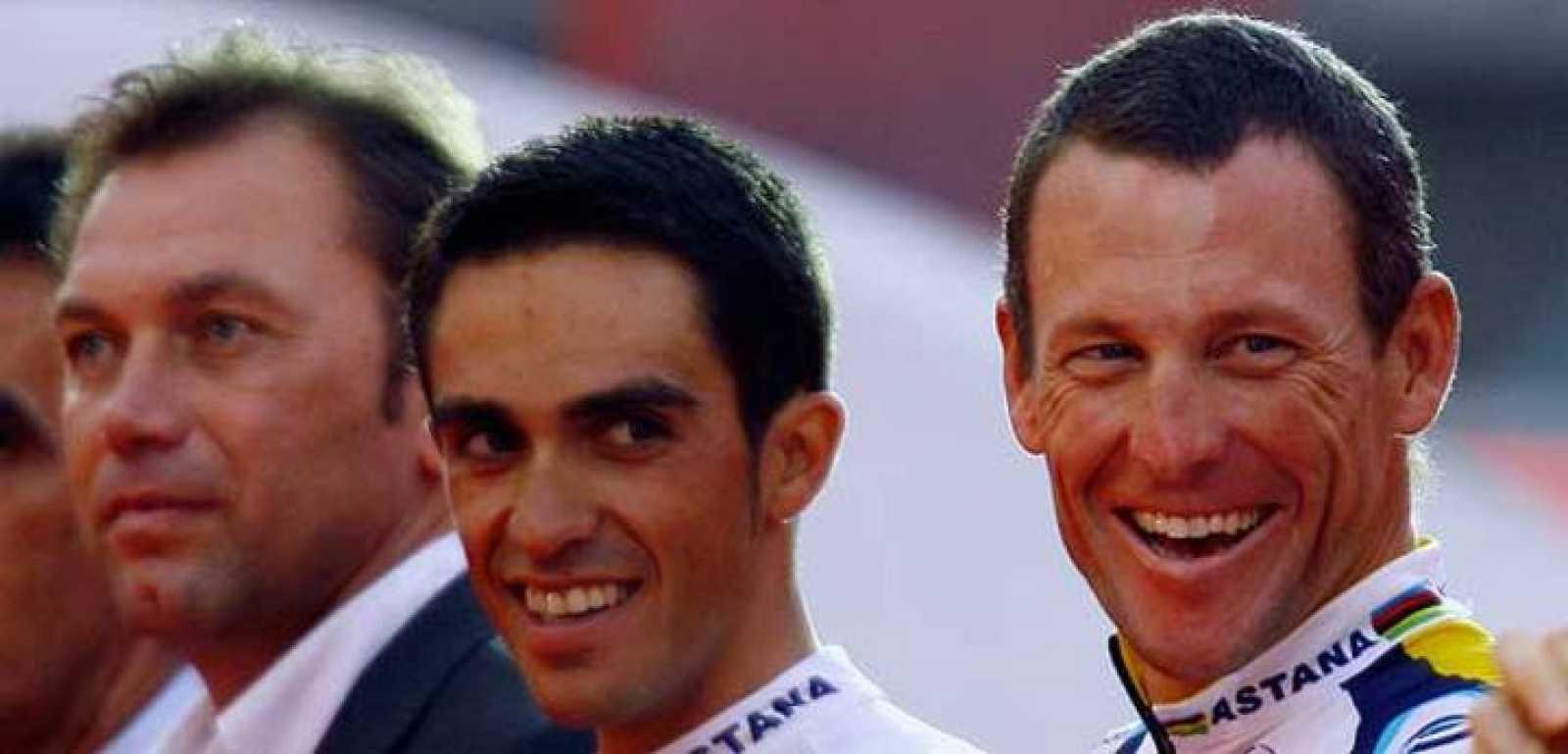 Alberto Contador rodeado de Johan Bruyneel y Lance Amstrong,