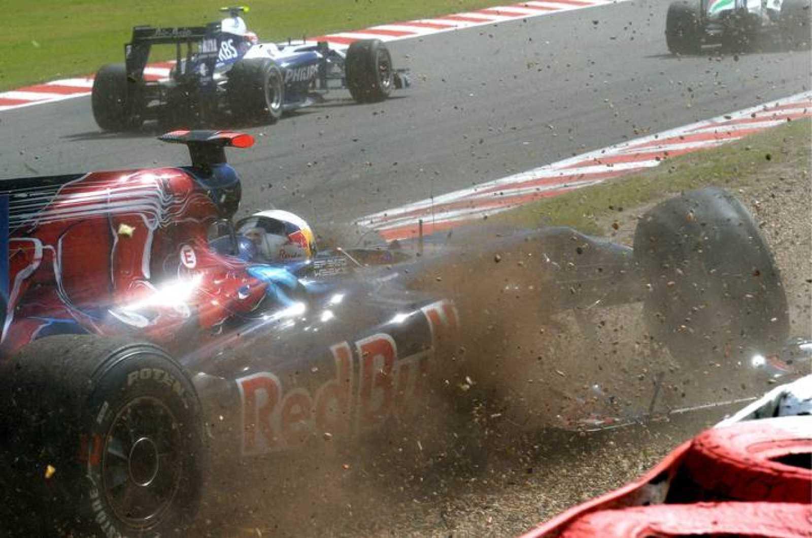 El piloto español de Fórmula Uno Jaime Alguersuari de la escudería Toro Rosso se sale de la pista durante el Gran Premio de Bélgica.