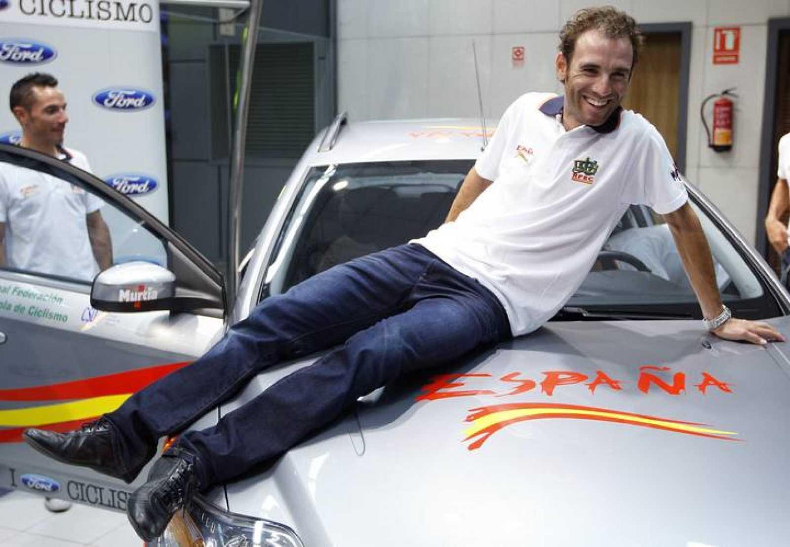 El ciclista murciano Alejandro Valverde posa durante un acto promocional.