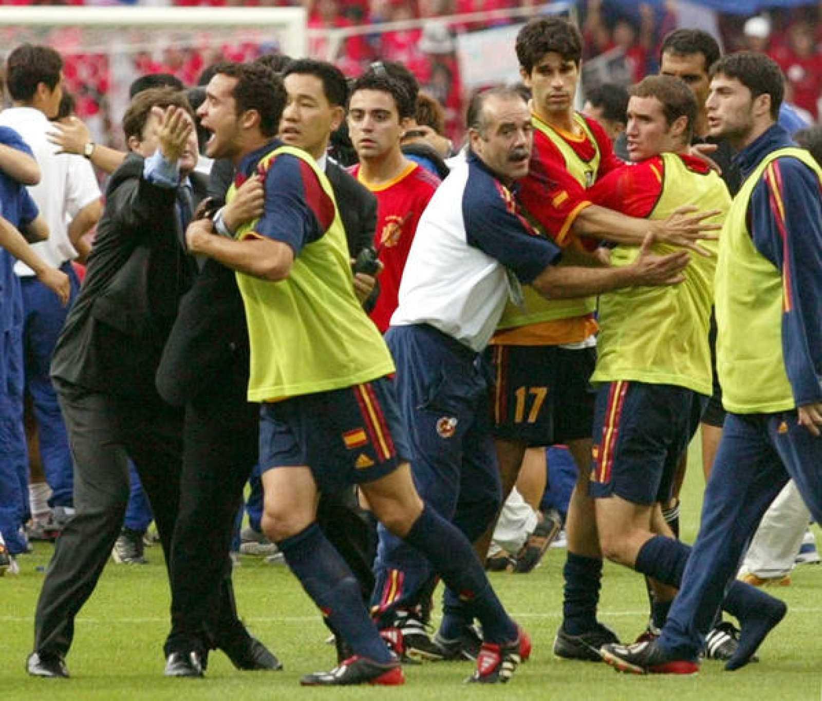 Los jugadores de la selección discuten con el árbitro tras la derrota ante Corea en el Mundial de 2002.