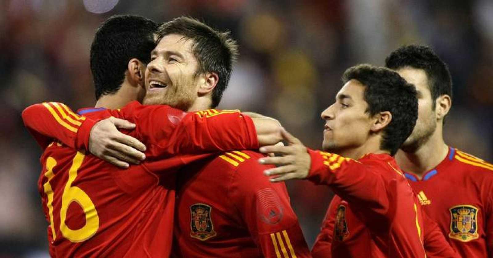 Jesús Navas celebra con Xabi Alonso y Sergio Busquets el segundo gol de España ante Argentina