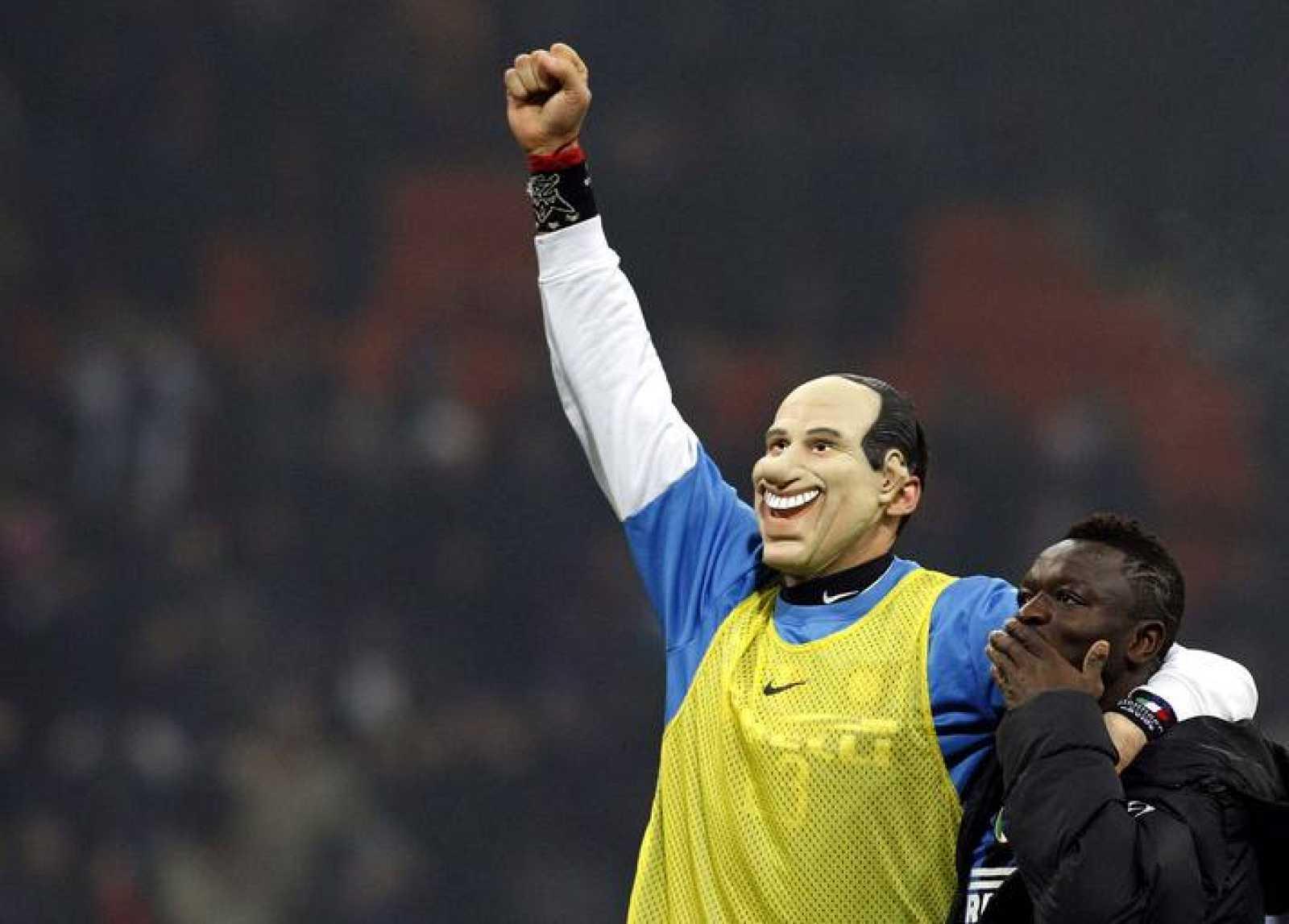 El jugador del Inter de Milan, Marco Materazzi, celebra la victoria ante el AC Milan con la careta de Berlusconi, el dueño del rival.