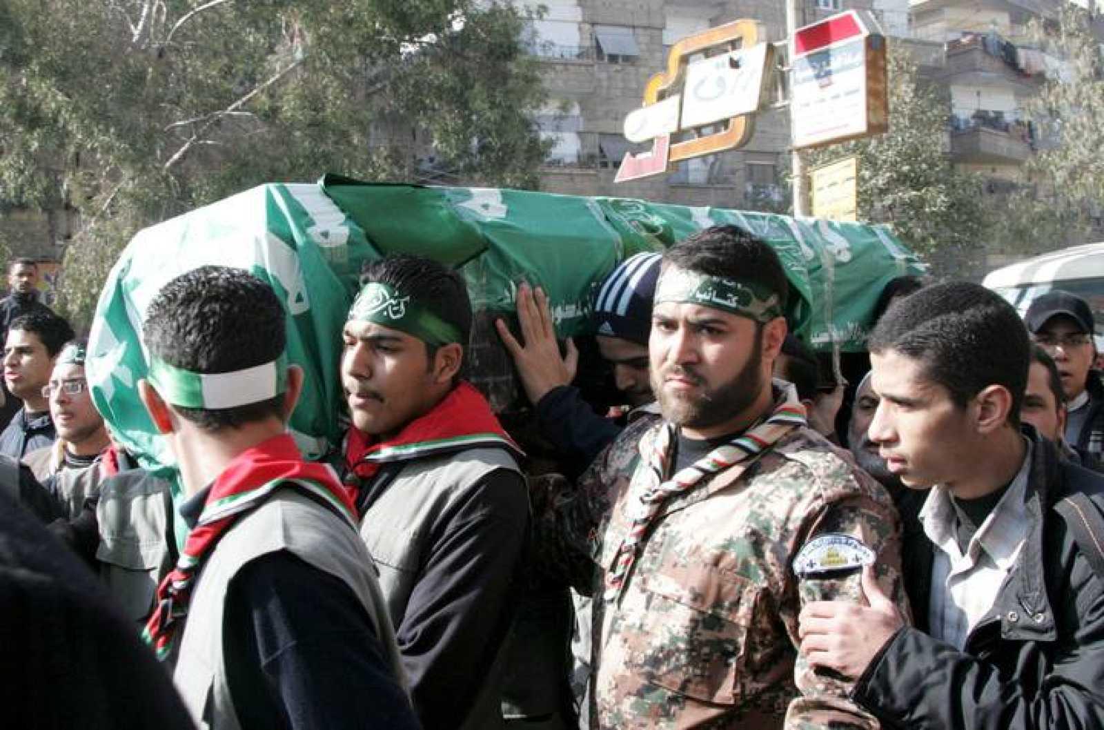 Miembros de Hamas portan el fértro del dirigente del movimiento palestino Hamás Mahmud Abdel Rauf al Mabhuh, asesinado el 20 de enero en Dubái, durante el fuenral en un campo de refugiados de Siria, hoy, viernes, 29 de enero de 2010. El cue