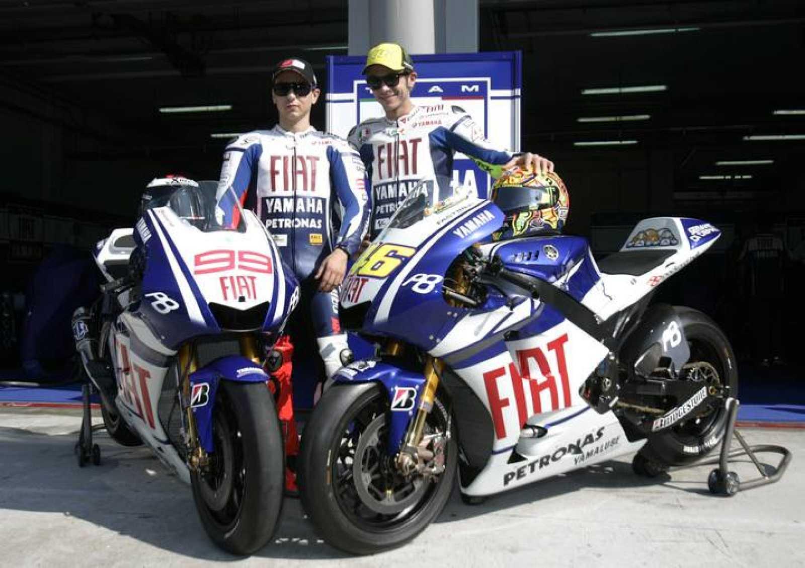 Rossi y Lorenzo se presentan en Sepang con sus nuevas Yamahas.