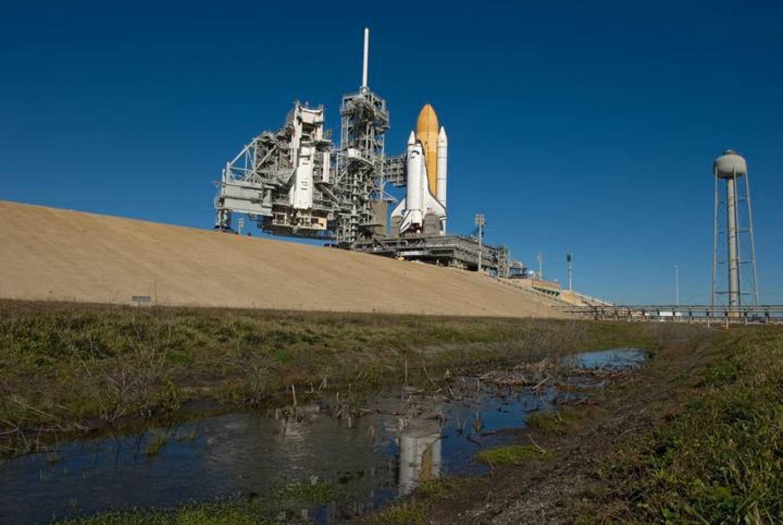 El transbordador Endeavour en las instalaciones del Centro Espacial Kennedy en Cabo Cañaveral, Florida