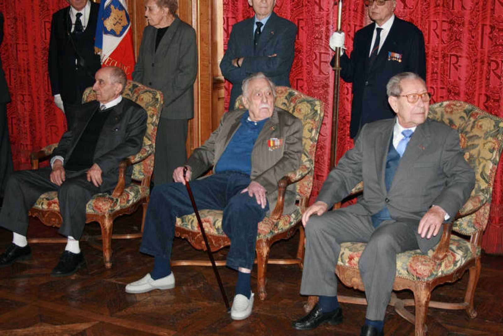 Acto en el ayuntamiento de París durante la entregade las medallas bermejas (medaille vermeil) a los sobrevivientes de La Nueve. De izquierda a derecha, Rafael Gómez, Luis Royo y Manuel Fernández.