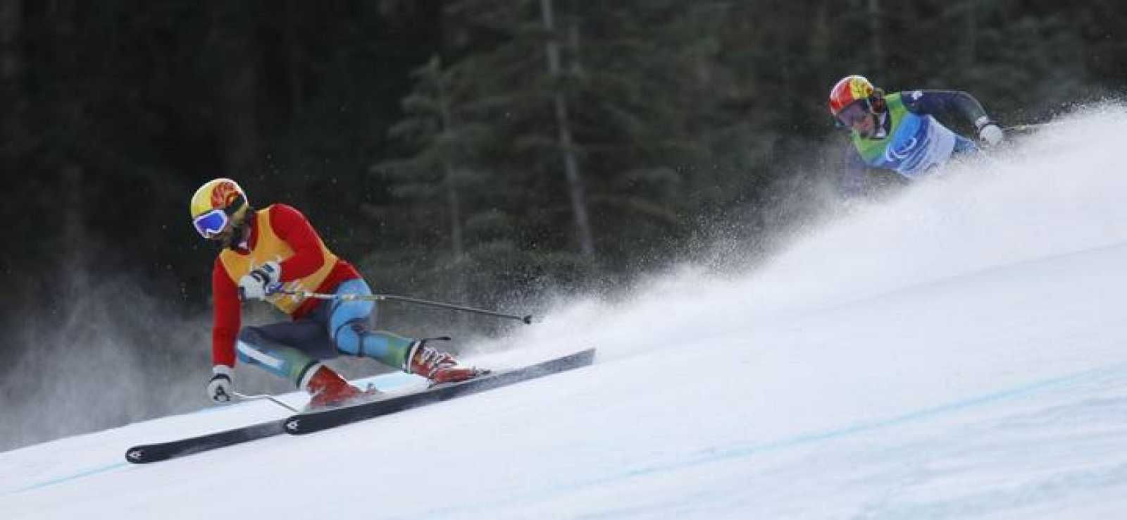 El esquiador español Jon Santacana (Clase B2), con su guía Miguel Galindo, durante su participación en la prueba de Supercombinada