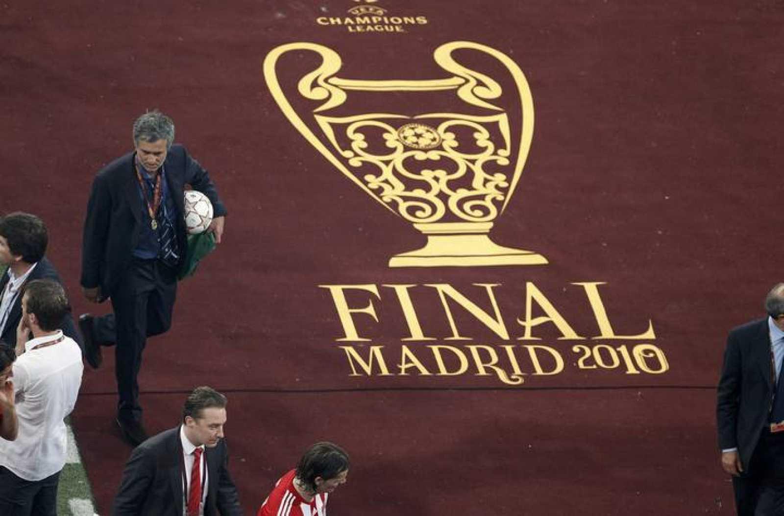 Mourinho, tras el partido, pasa por el logo de la final de Madrid.