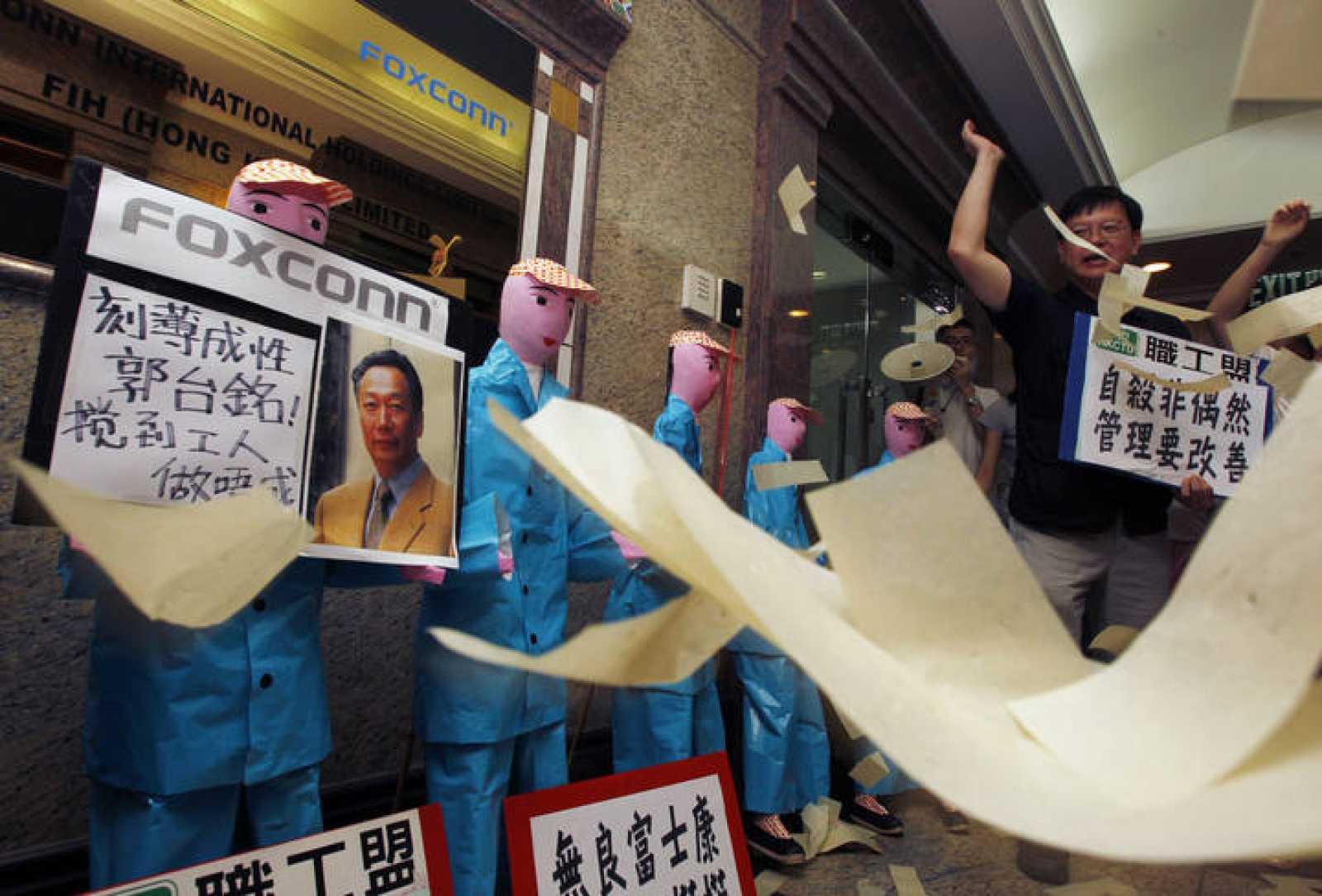 Protestas frente a las oficinas de Foxconn en Hong Kong por la oleada de suicidios que se ha producido en la empresa.