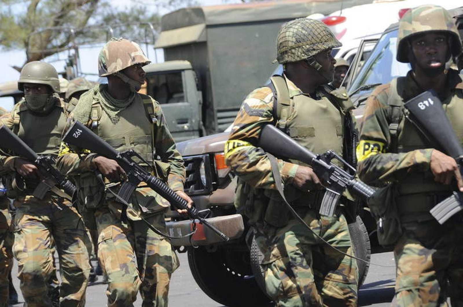 """Soldados del Ejército jamaicano patrullan las calles de Kingston, tras el bloqueo de grupos que se oponen a la detención y posterior extradición a Estados Unidos del narcotraficante Christopher """"Dudus"""" Coke."""