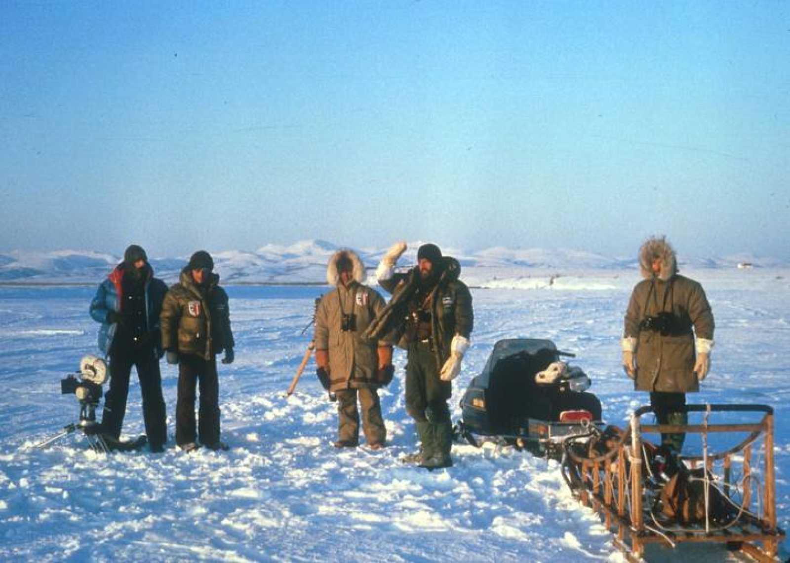 Parte del equipo de grabación de 'El hombre y la Tierra' en Alaska