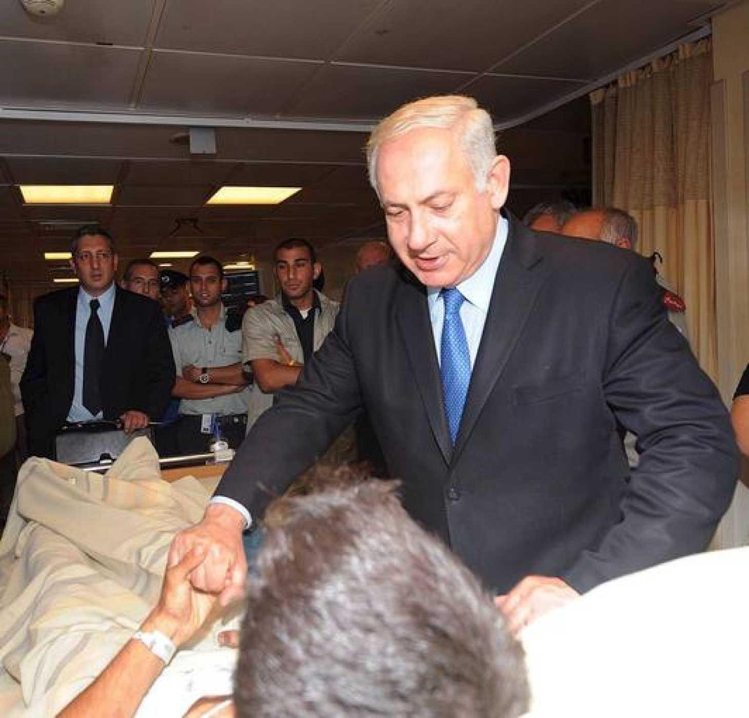 El primer ministro israelí Benjamín Netanyahu visita a uno de los soldados israelíes que resultaron heridos en el ataque