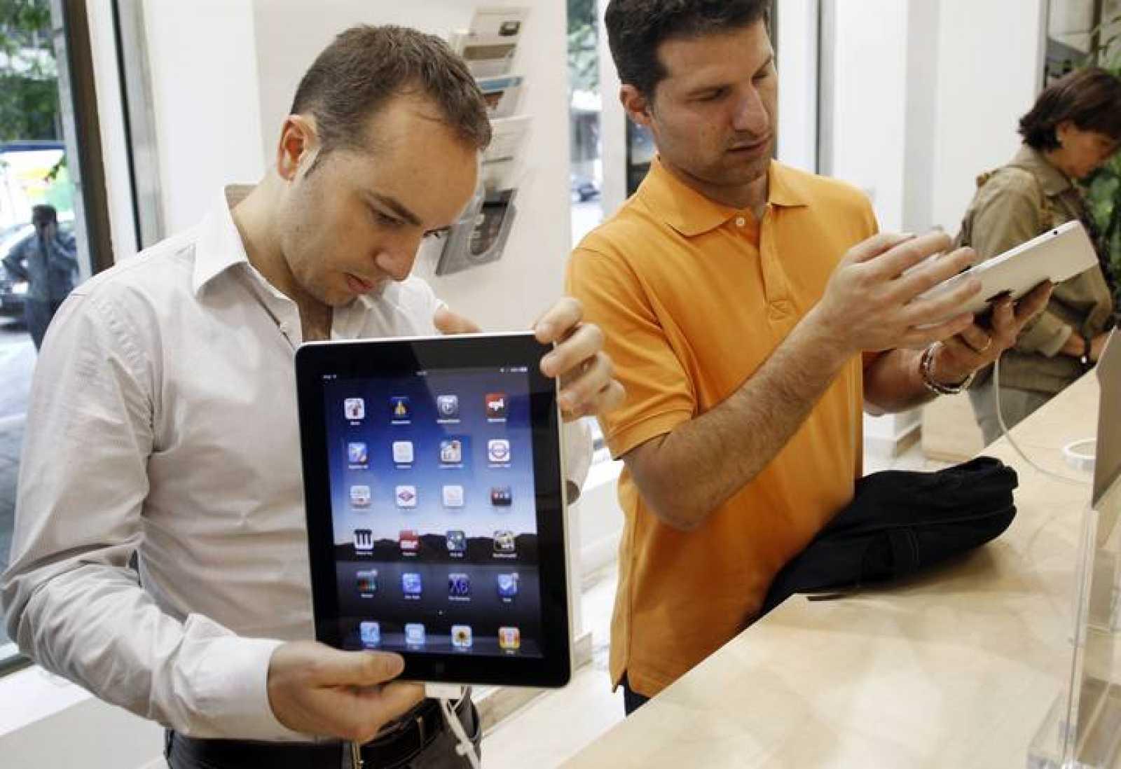Imagen de dos consumidores viendo tabletas