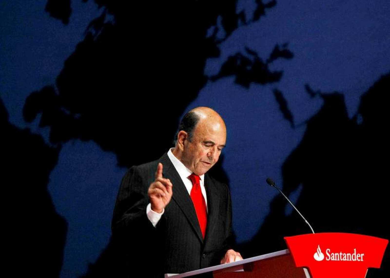 El presidente del Banco Santander, Emilio Botín, interviene durante la Junta General Ordinaria de Accionistas de la entidad