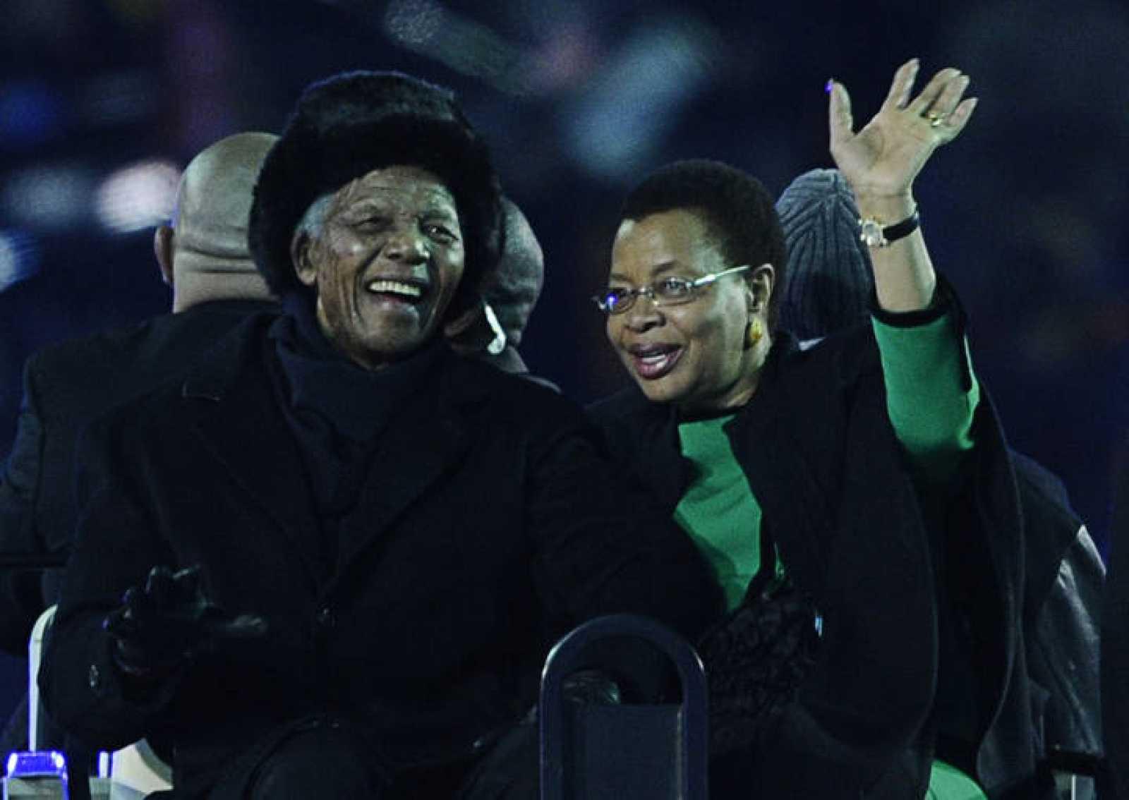 Nelson Mandela saluda a los aficionados en el Soccer City.