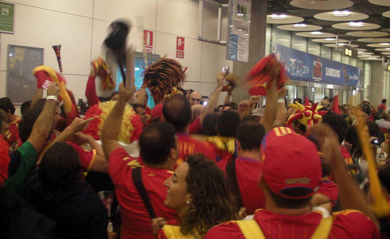 La marea Roja vuelve a España para celebrar el triunfo con la Selección en casa
