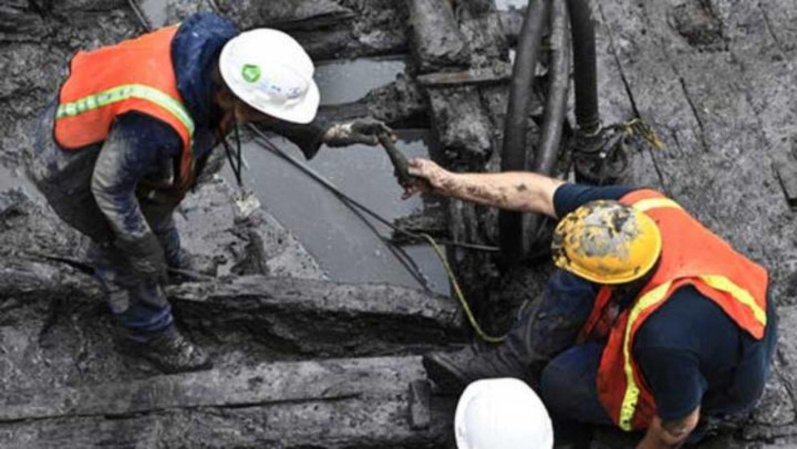 Imagen de los restos del barco desenterrados por los operarios en el World Trade Center.