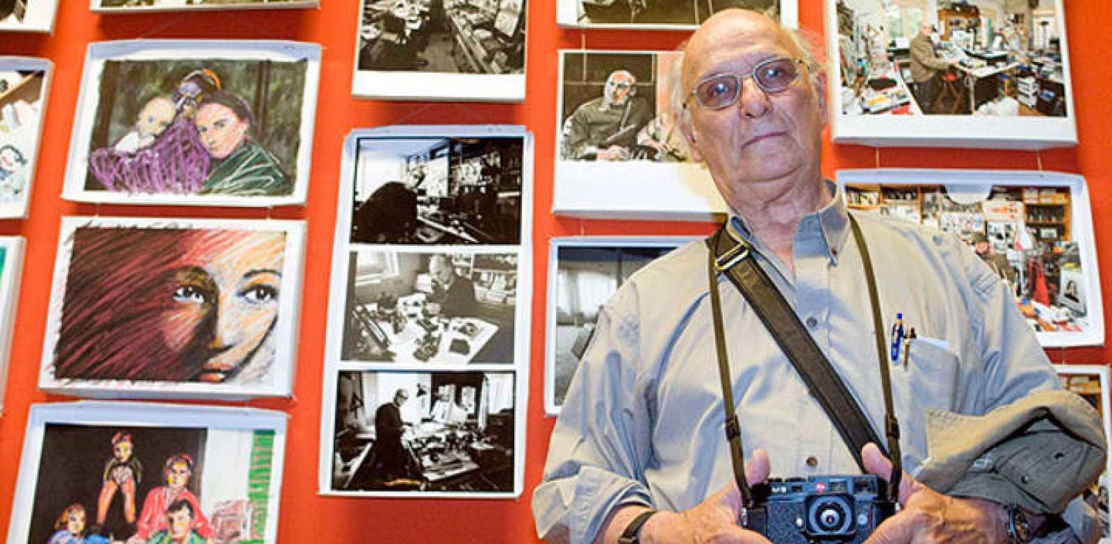 El cineasta Carlos Saura al frente de su exposción en la Lonja