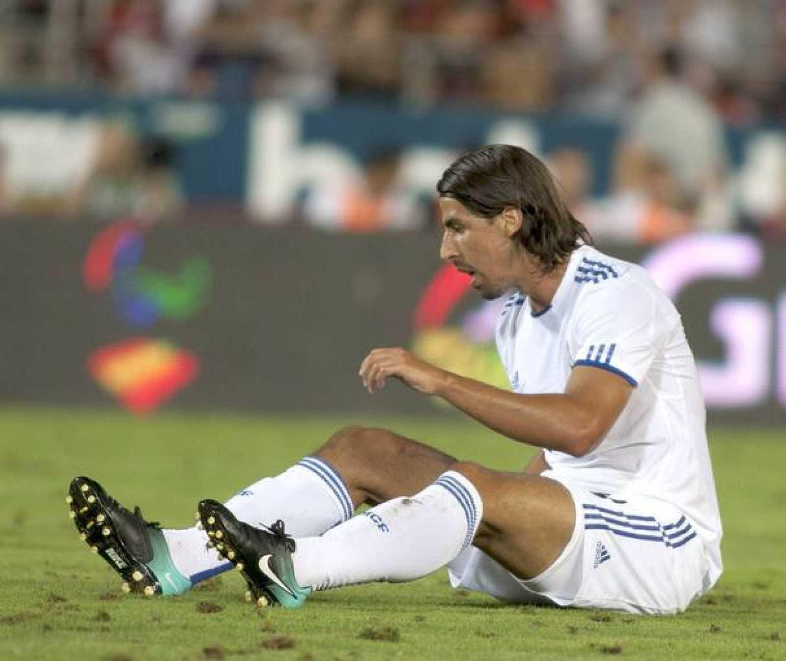 El centrocampista alemán del Real Madrid, Sami Khedira, en el suelo durante el partido frente al RCD Mallorca