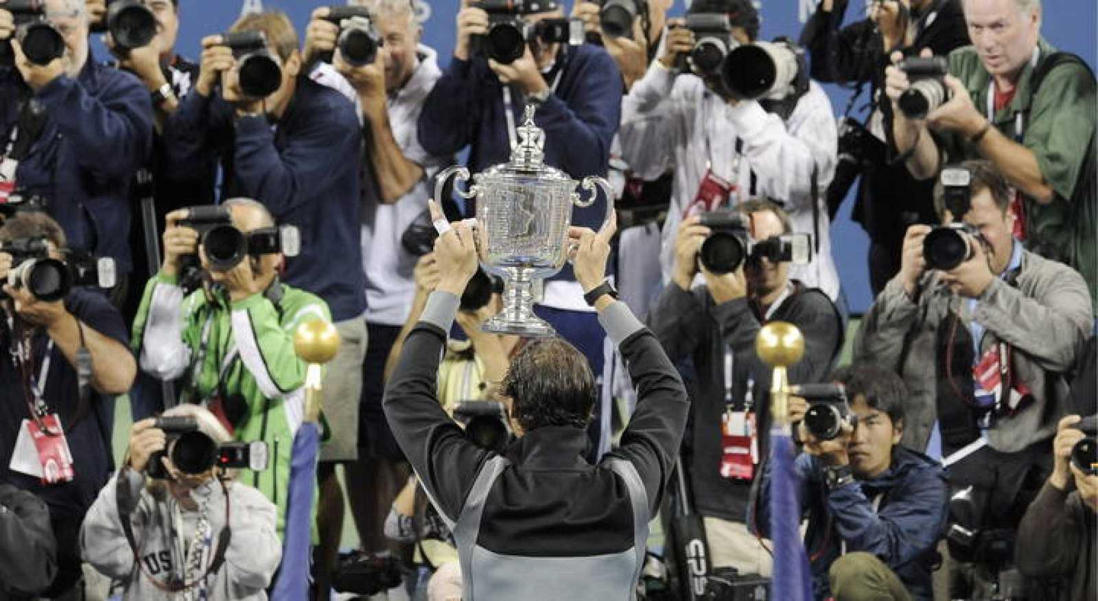 El español Rafael Nadal posa para los fotógrafos con el trofeo del Abierto de Tenis de Estados Unidos después de derrotar al serbio Novak Djokovic.