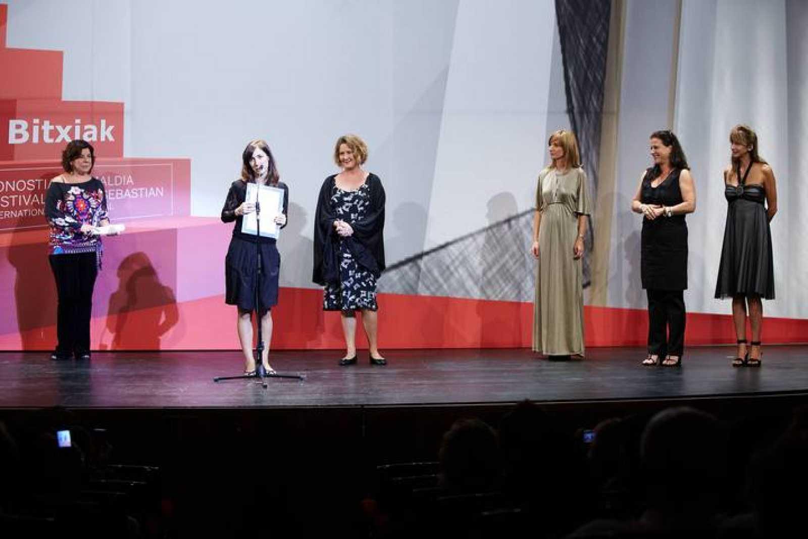 I a D: Lara López, Victoria Galardi, Verónica Llinás, Eva Cebrián, Aizpea Goenaga y Helena Medina.