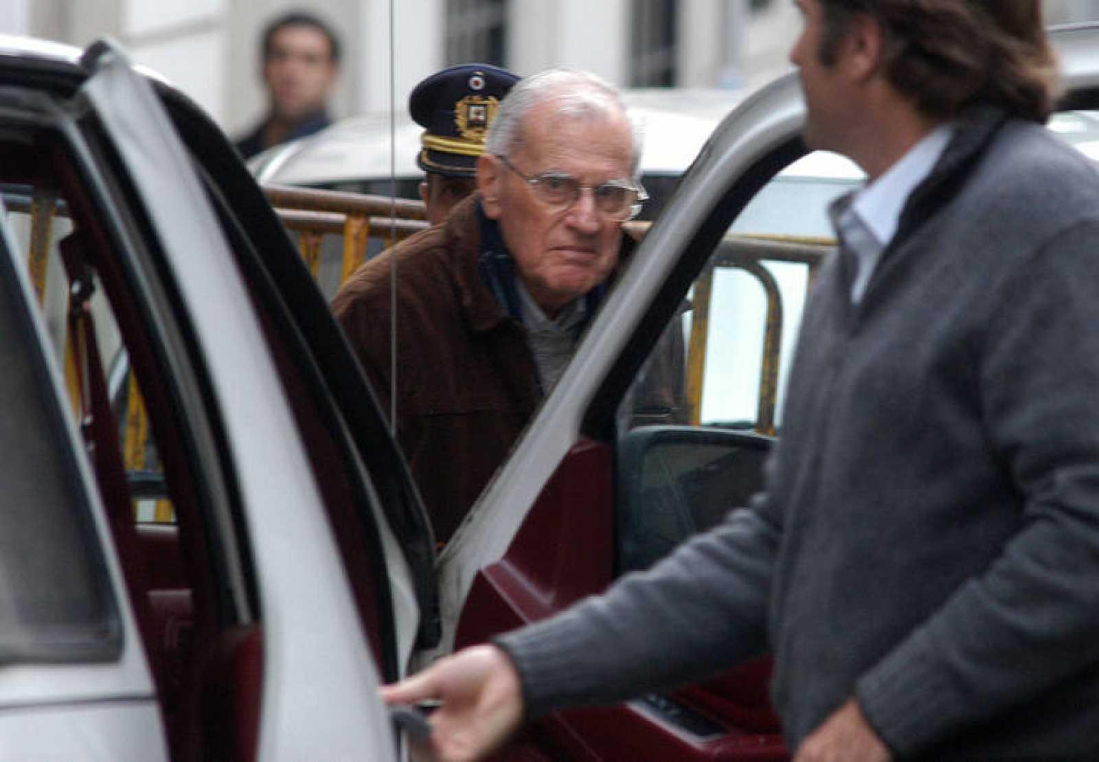 El ex presidente uruguayo Juan María Bordaberry llega a los tribunales de Montevideo.