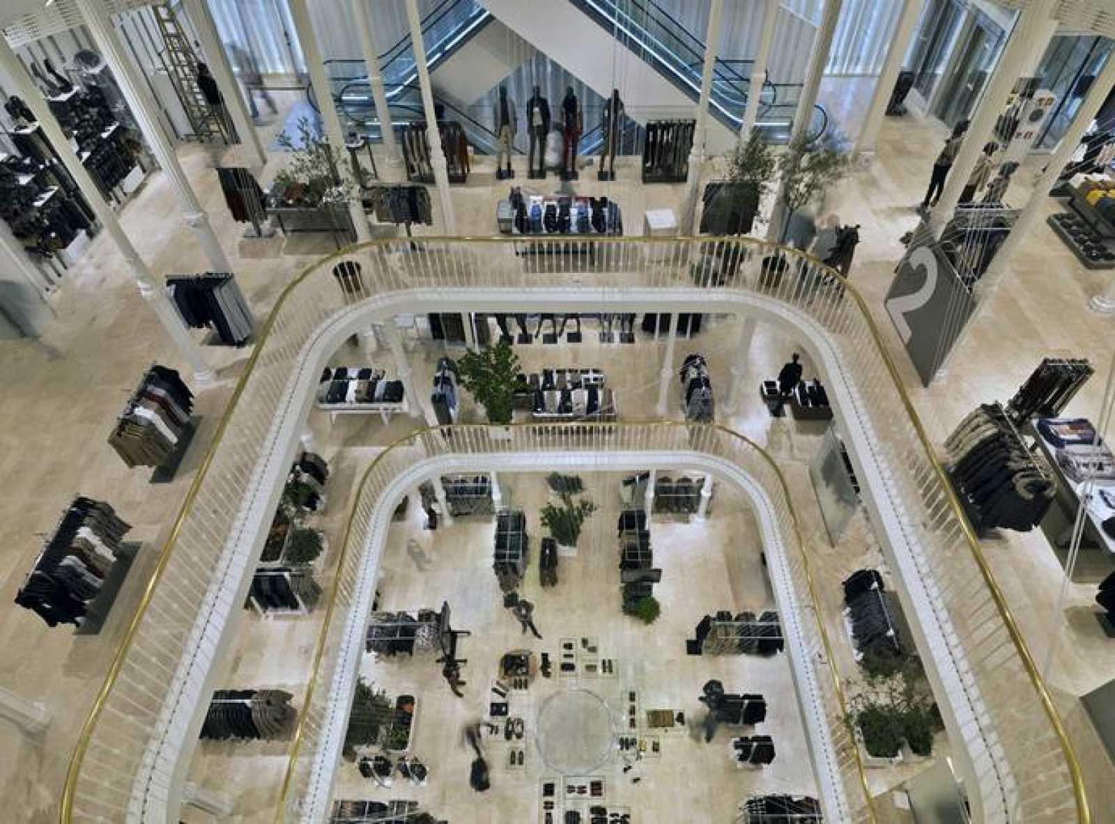 84425cc98e1a8 Fachada de la nueva tienda de Zara en Roma. Se ubica en el Palazzo Bocconi