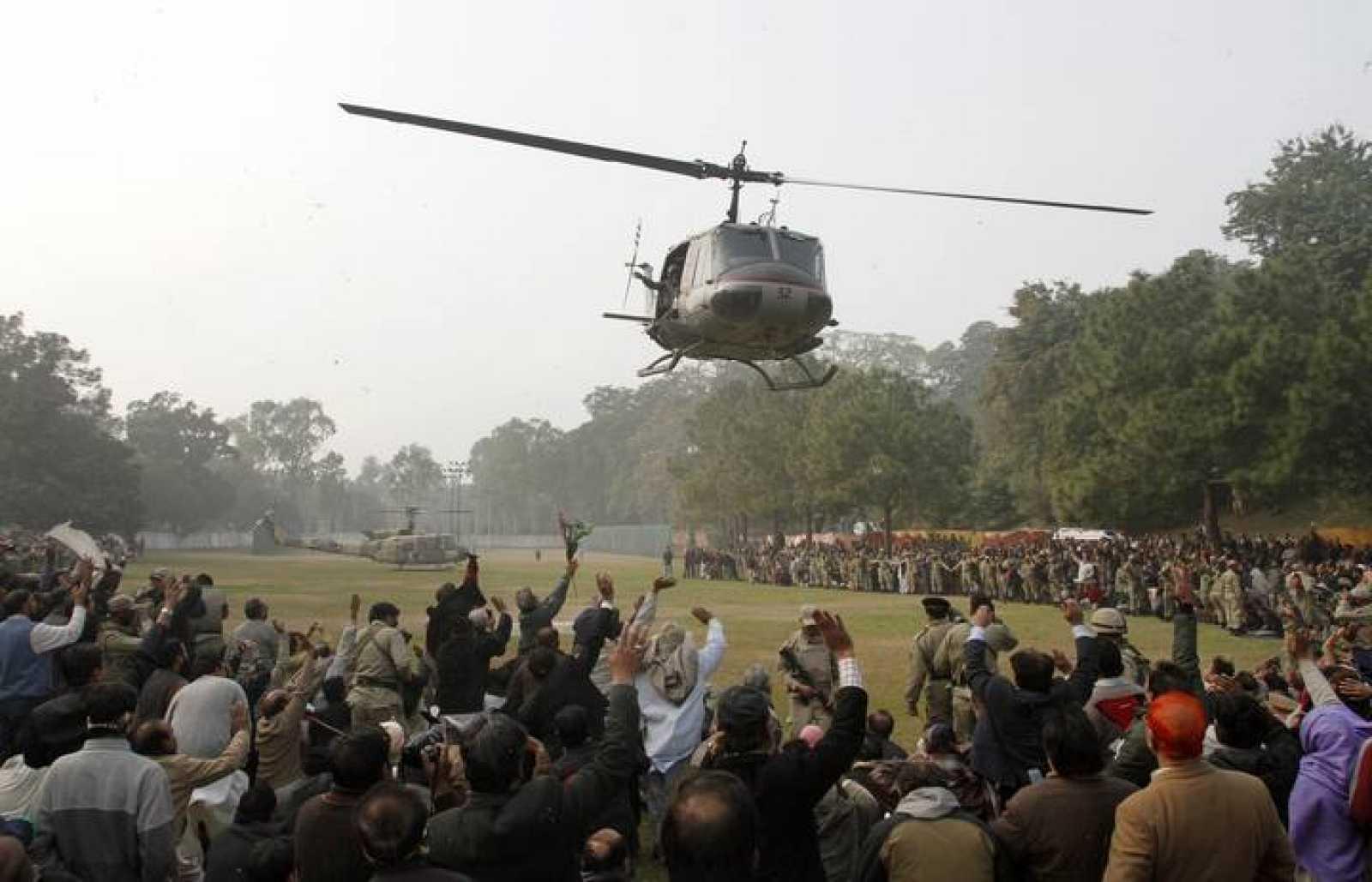 Seguidores del gobernador reciben al helicópetro que portaba el féretro