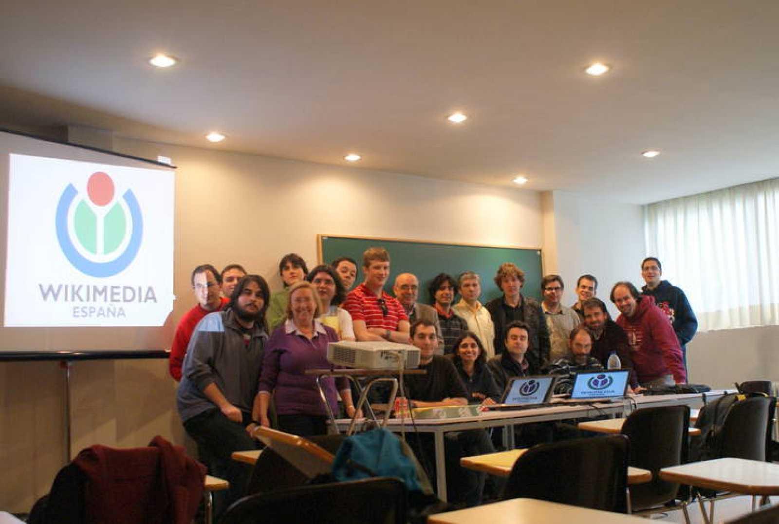 Encuentro prefundacional de Wikimedia España, fotografía grupal.