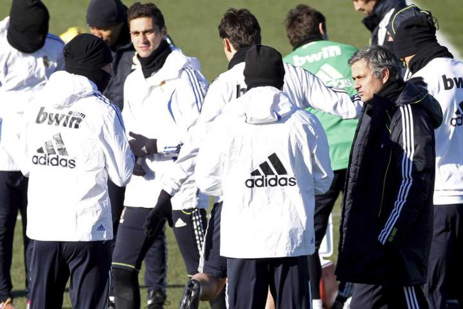 El técnico José Mourinho junto a sus jugadores en el último entrenamiento antes de enfrentarse al Mallorca en Liga.