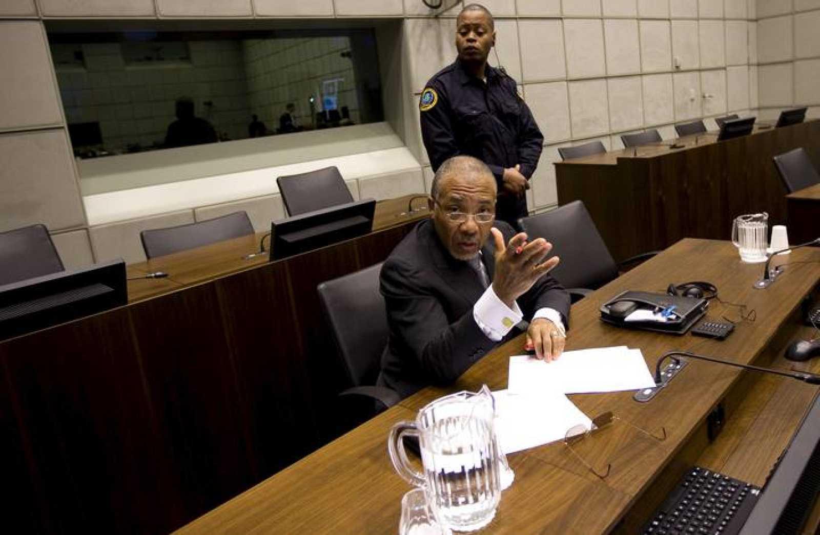 El expresidente de Liberia, Charles Taylor, espera a que la fiscalía pronuncie su alegato final durante el inicio de la sesión de su juicio en el Tribunal Especial para Sierra Leona.