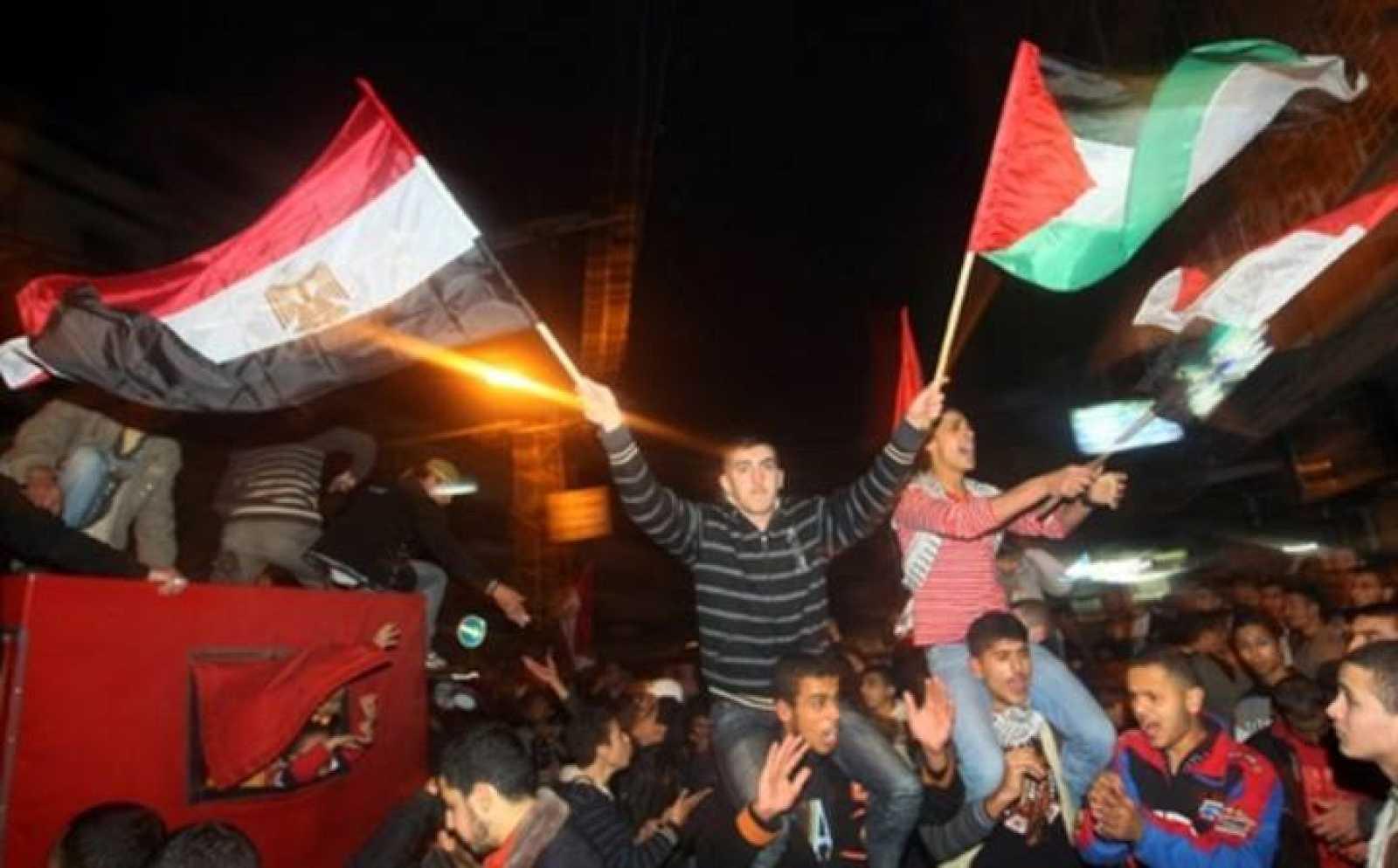 Jóvenes palestinos celebran en Gaza la marcha de Mubarak