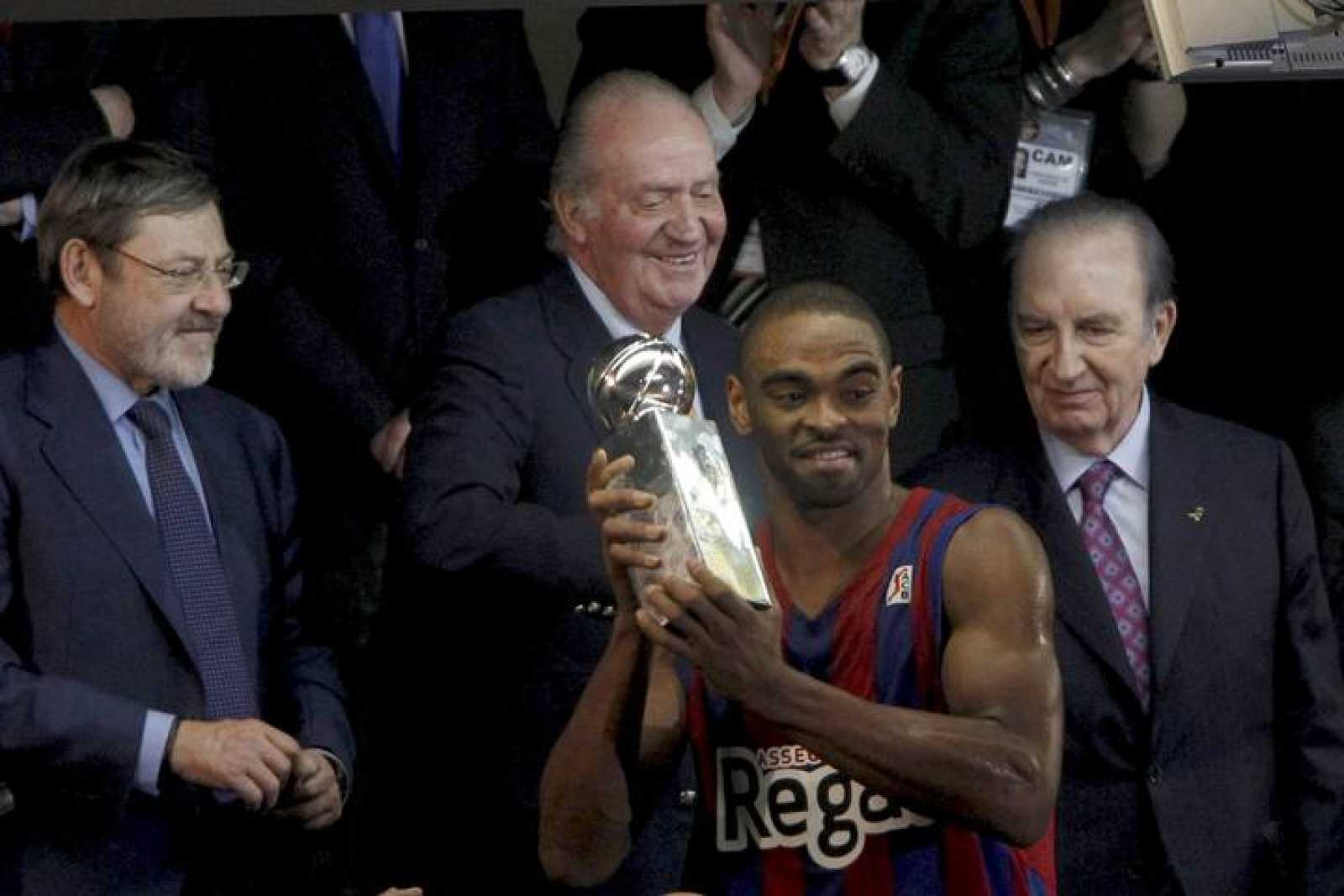 El rey Juan Carlos entrega al alero estadounidense del Regal FC Barcelona Alan Anderson el galardón al mejor jugador de la final.