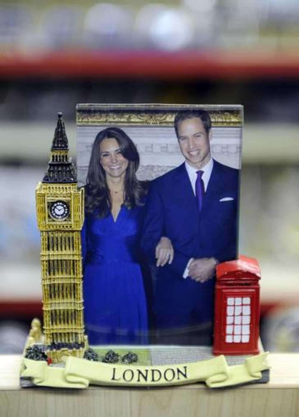 Marco con una foto del príncipe Guillermo de Inglaterra y su novia Kate Middleton que se vende como recuerdo en una tienda de Londres.