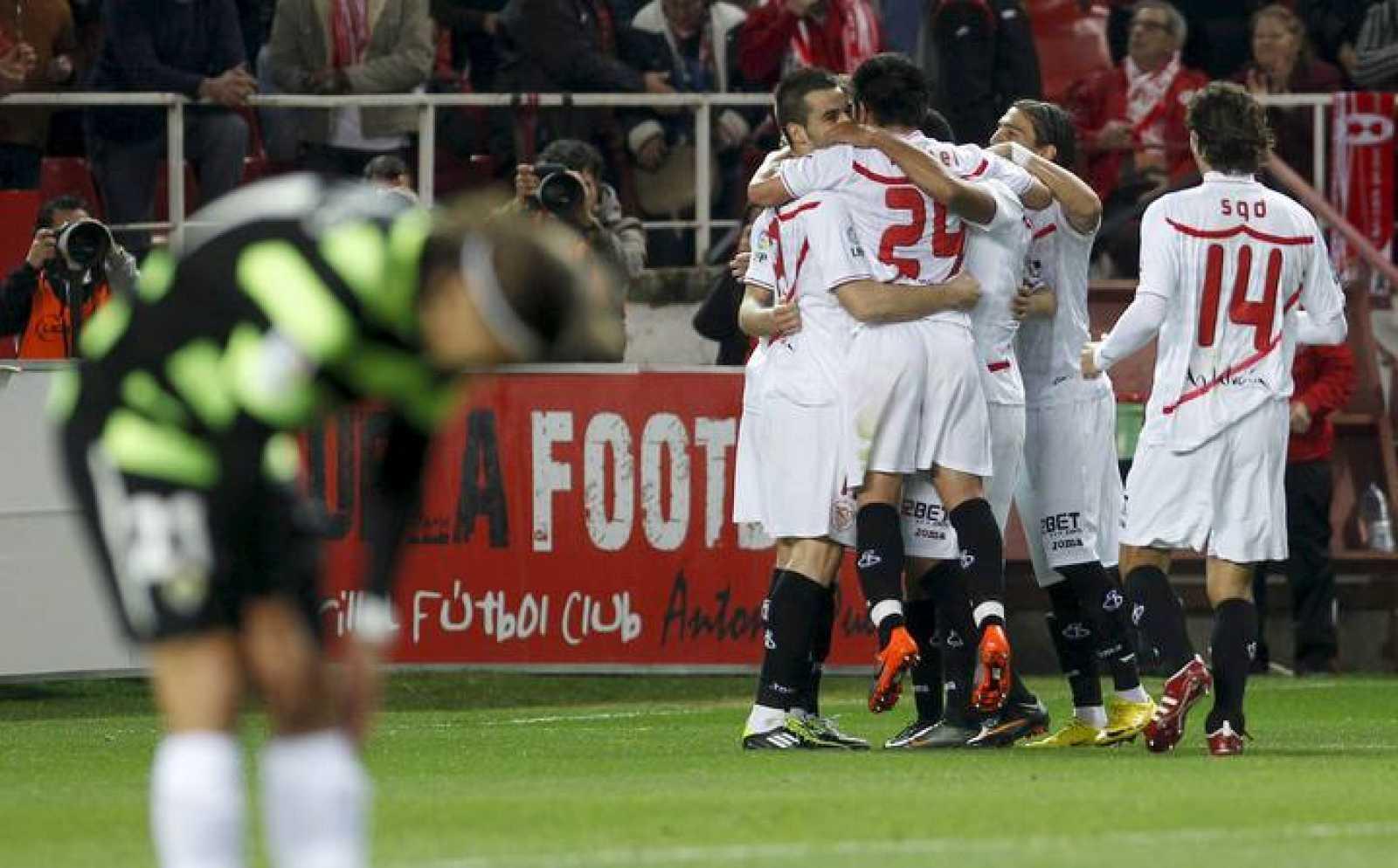 Varios jugadores del Sevilla celebran el gol que ha marcado su compañero croata Ivan Rakitic al Hércules