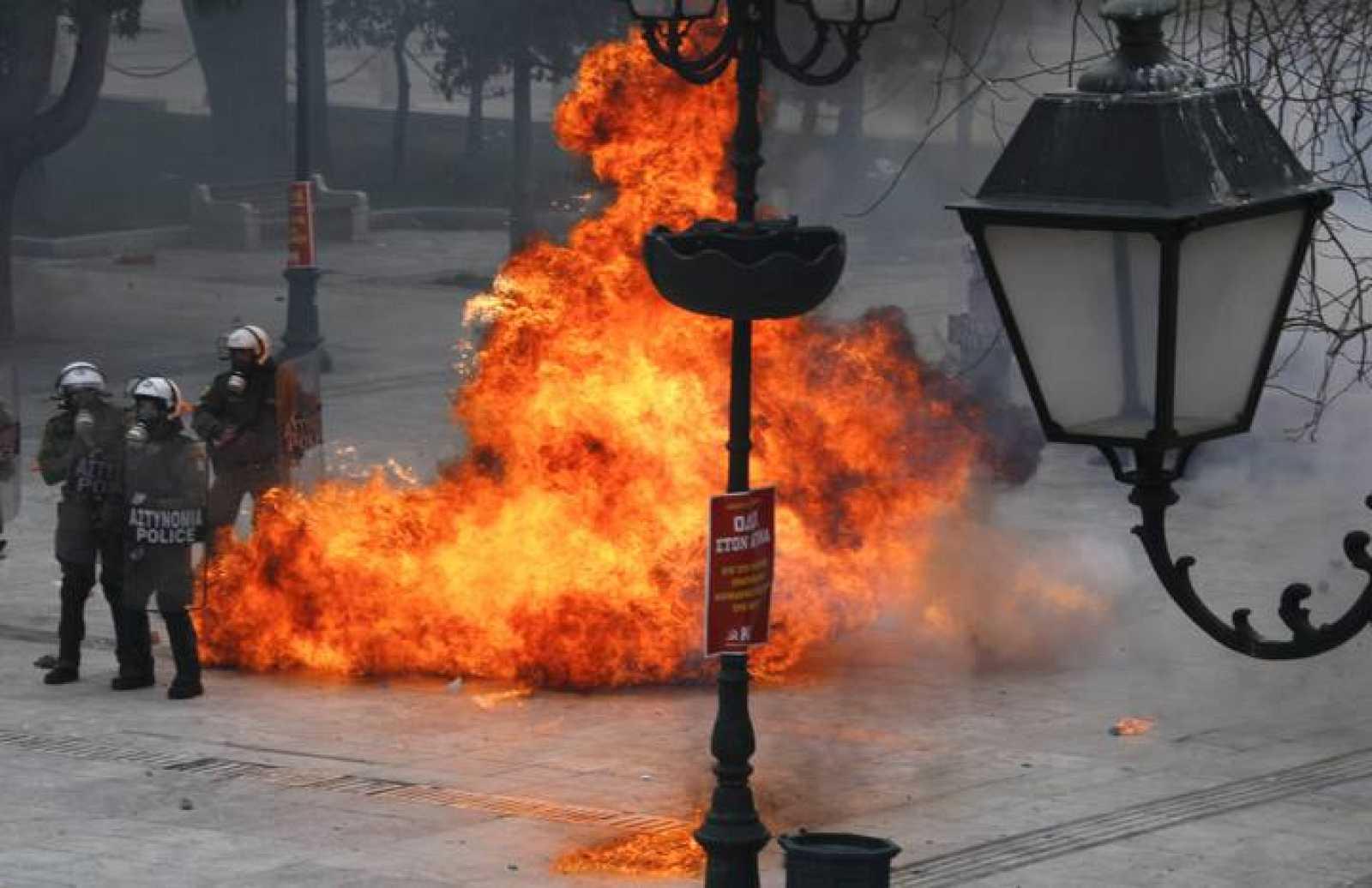 Un cóctel molotov explota cerca de la Policía en frente del Parlamento