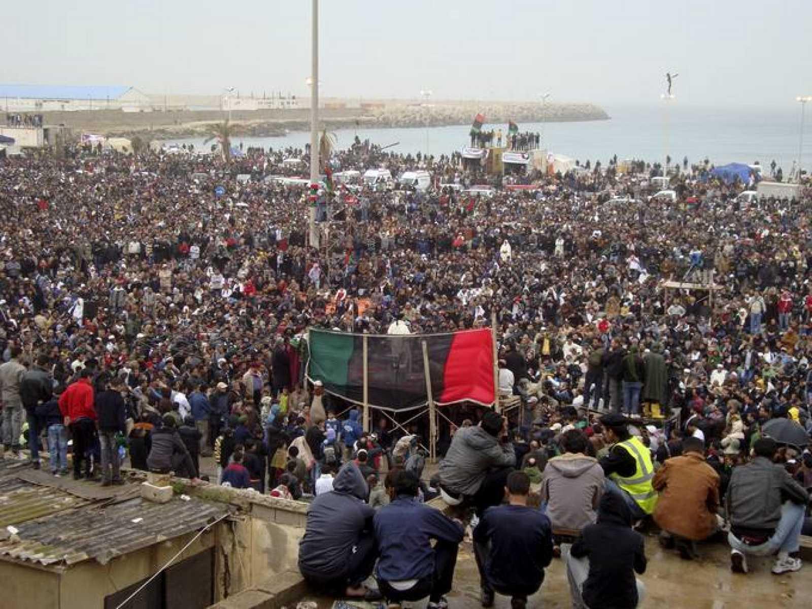 Miles de libios participan en una manifestación contra Muamar el Gadafi en la plaza de los juzgados de Bengasi.