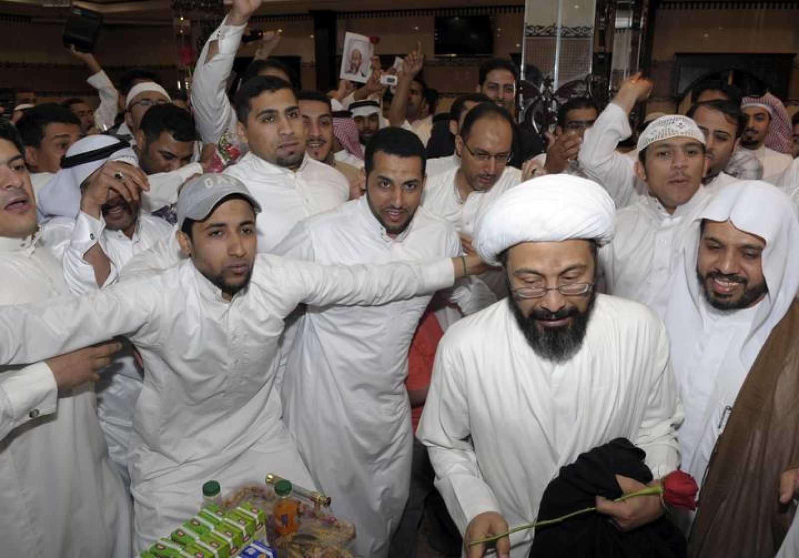 El clérigo chií saudí Tawfiq al-Amir (segundo por la derecha) es vitoreado por sus seguidores tras su puesta en libertad, el 6 de marzo