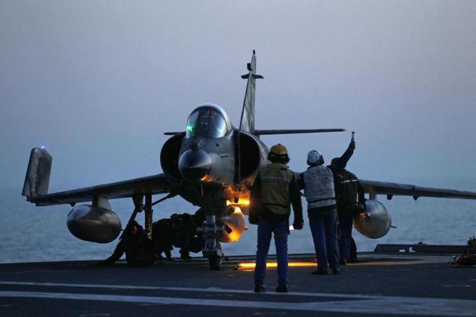 Un caza Super Etendard se prepara para despegar del portaaviones francés Charles de Gaulle en una misión sobre Libia