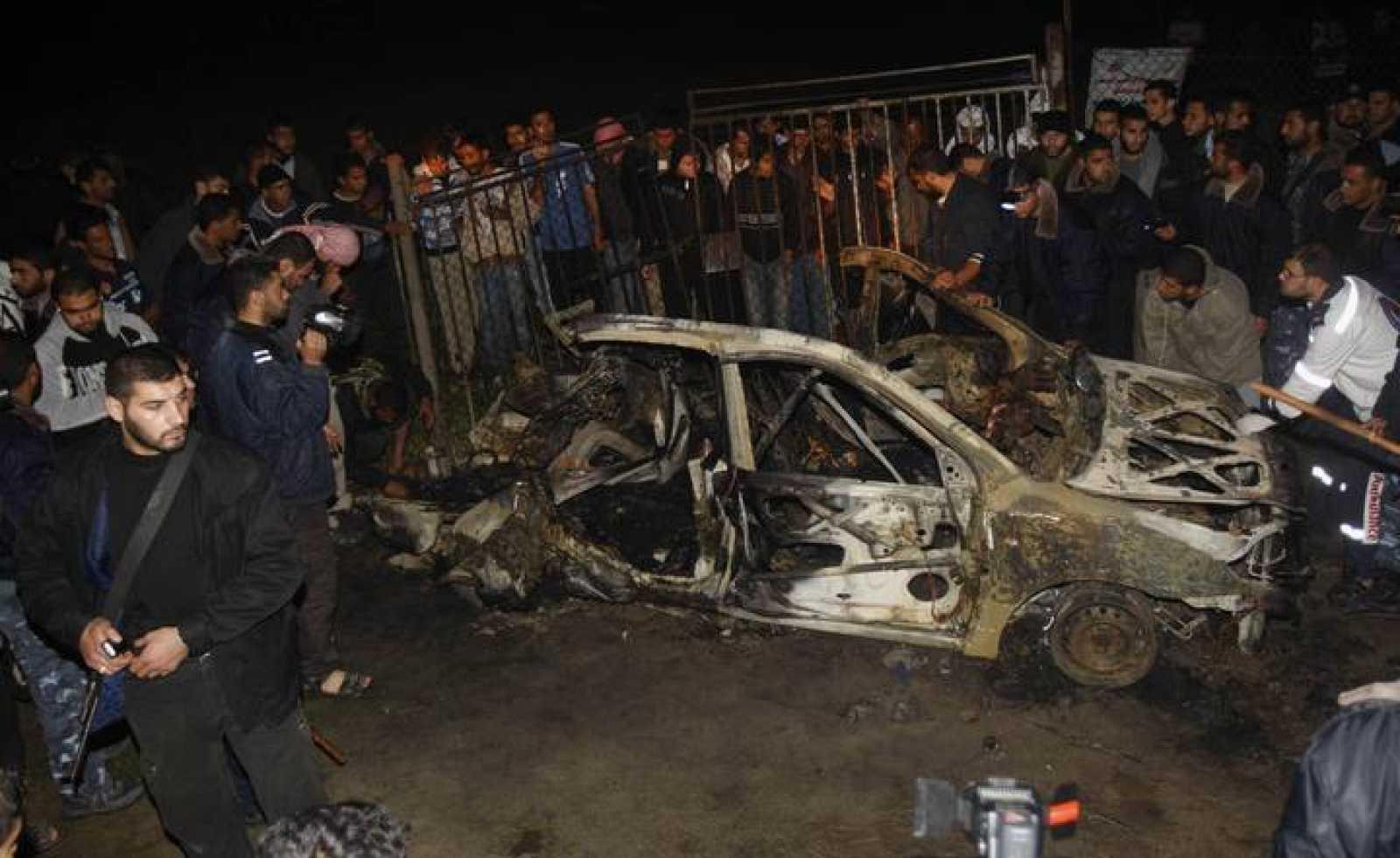 Este es el estado en el que ha quedado el coche en el que viajaban los fallecidos.