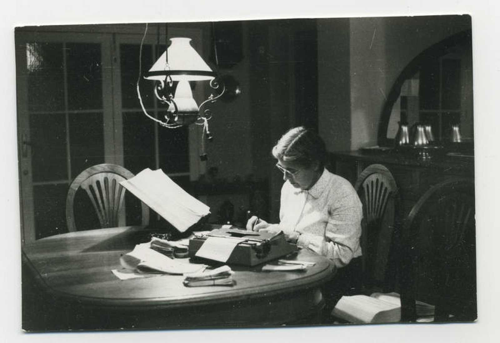 María Moliner trabajando en el Diccionario en su casa