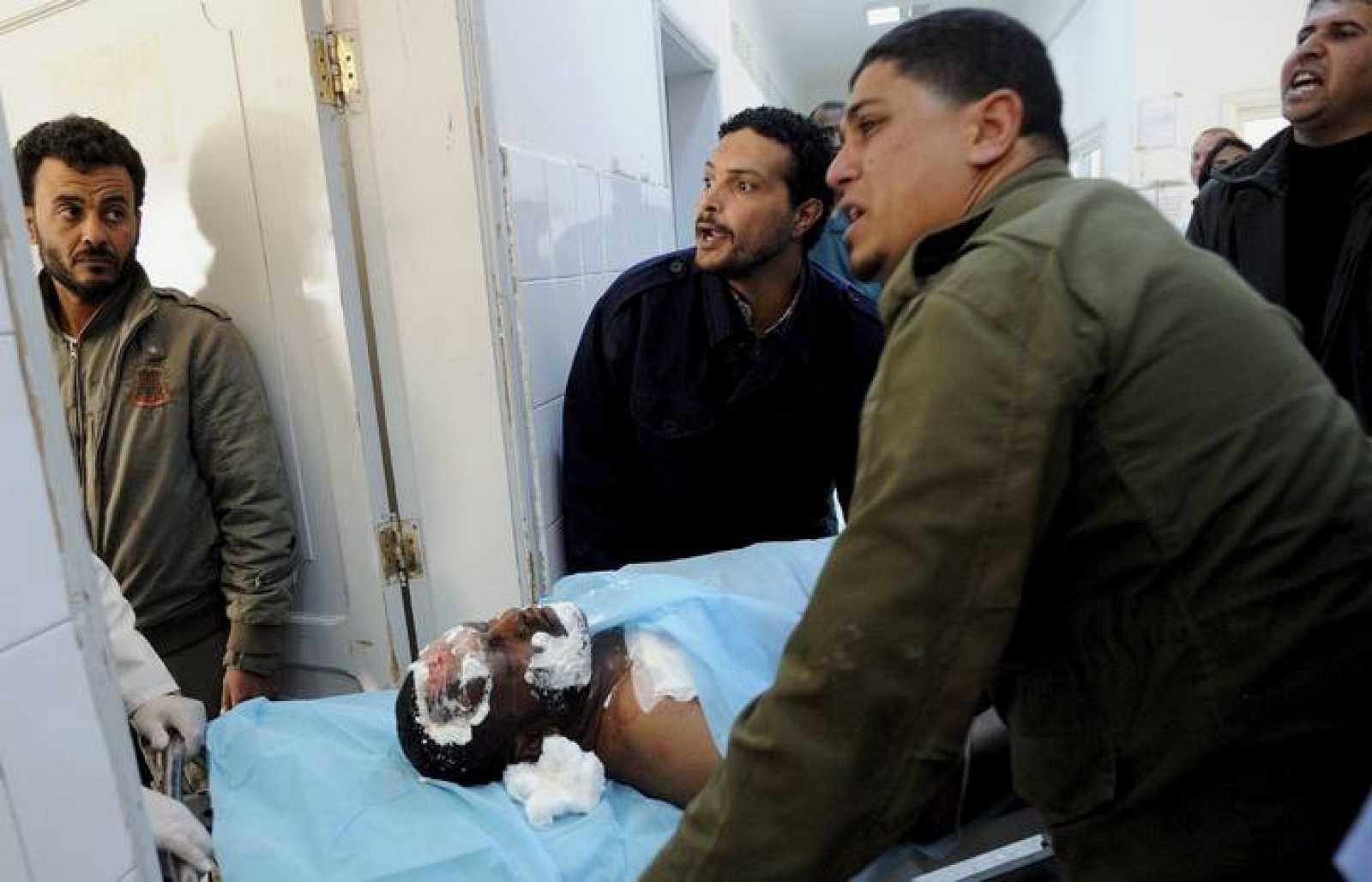 Uno de los heridos en el bombardeo de la OTAN sobre Brega llega al hospital de Ajdabiya
