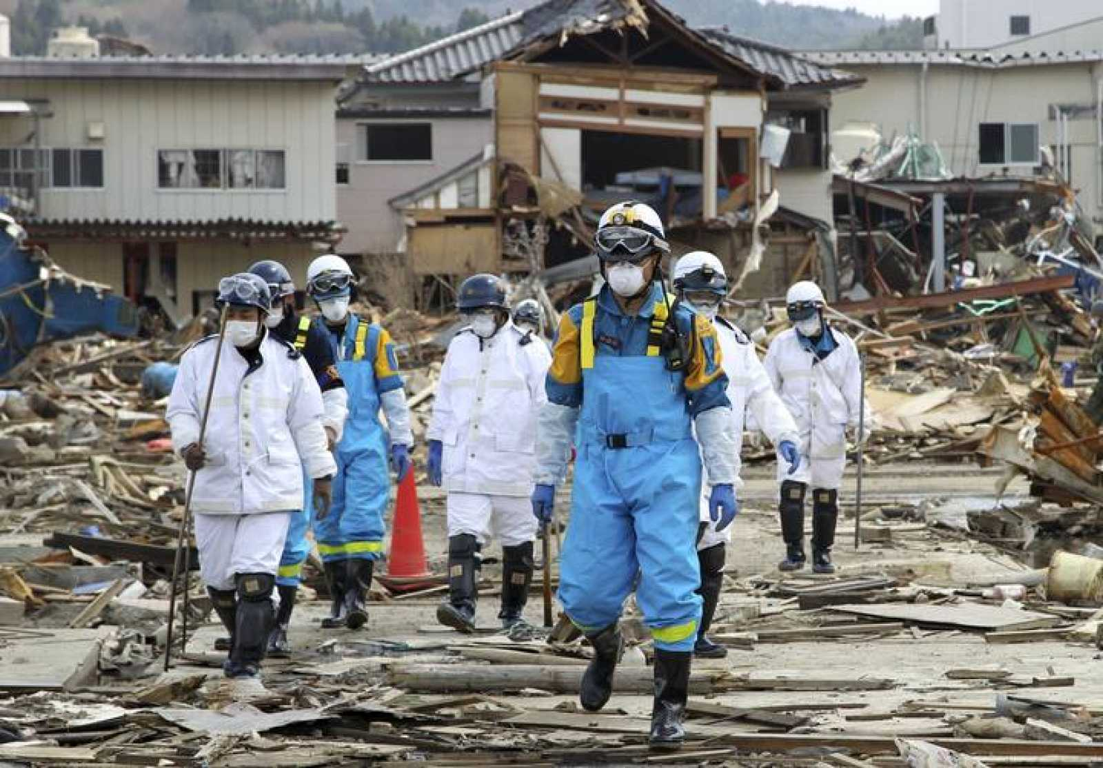 Policías japoneses buscan a desaparecidos en Kesennuma, una de las localidades arrasadas por el terremoto