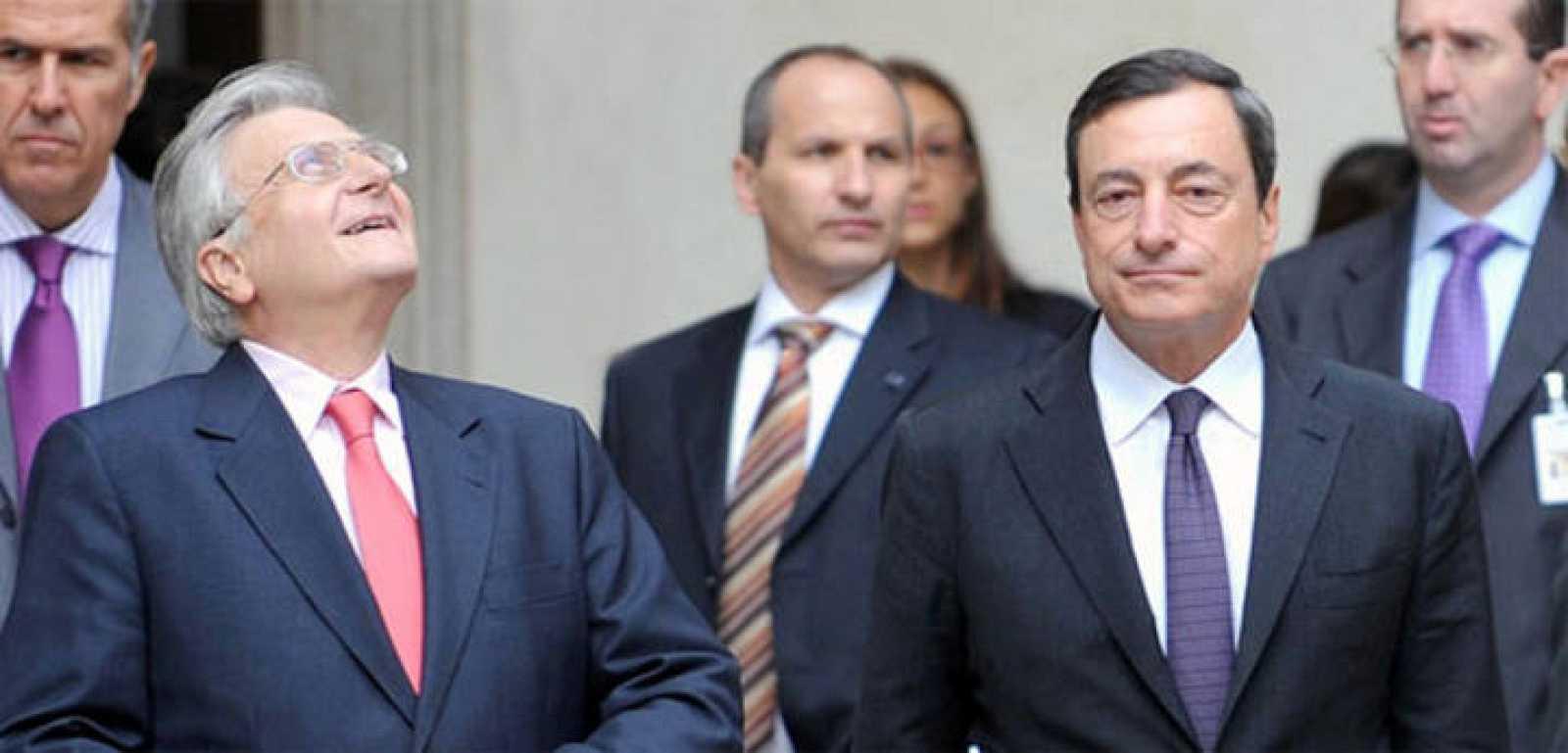 El gobernador del Banco de Italia, Mario Draghi, a la derecha, junto al presidente del banco Central Europeo, Jean Claude Trichet, en uno de los consejos directivos del organismo.