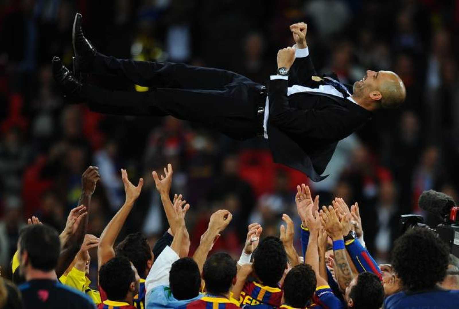Guardiola es manteado por sus jugadores después de conseguir su segunda Champions como entrenador, además de la que ganó como jugador en 1992 en el mismo estadio de Wembley.