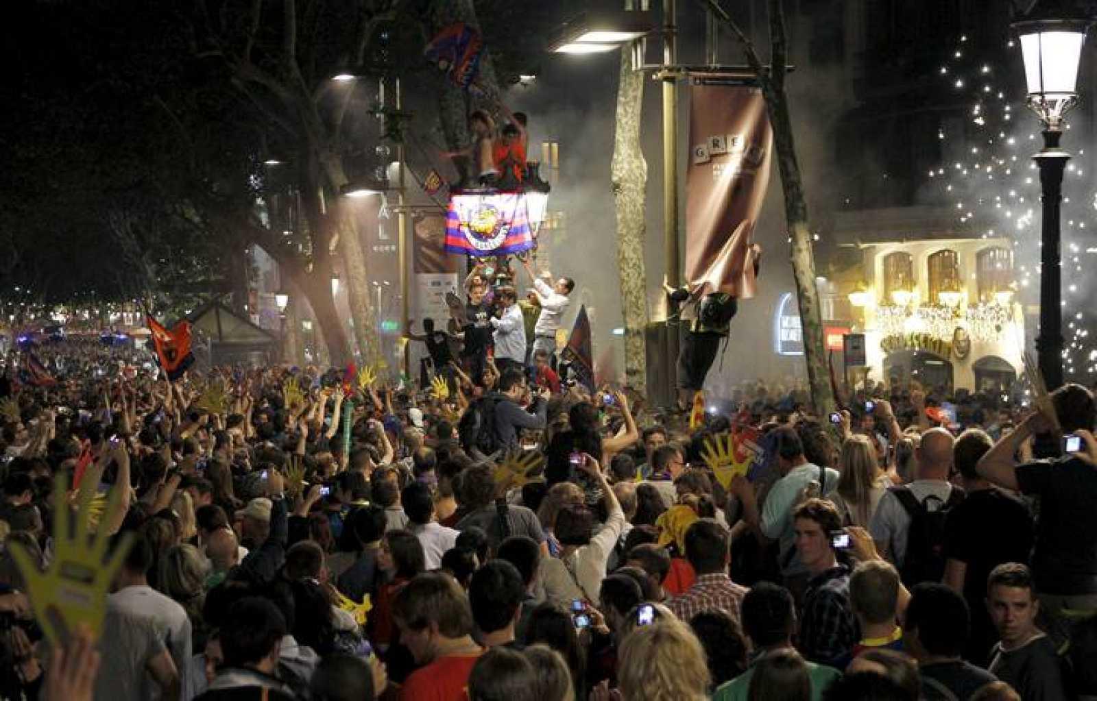 Miles de aficionados celebran el triunfo del Barça en la fuente de Canaletas